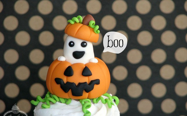 Peek-a-BOO with this Halloween Ghost Cupcake Tutorial!